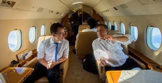 Orban_Viktor_Fidesz_elnok_miniszterelnok_kormanyfo_utazik_repulo_Szijjarto_Peter_allamtitkar_1