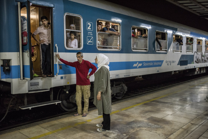 45 minutes after the train was scheduled to depart, it remains in the station, filled with refugees as well as tourists.  Photo: D. András Hajdú