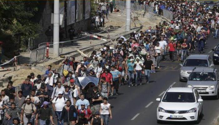 Hundreds of asylum walking to Vienna on the M1 motorway