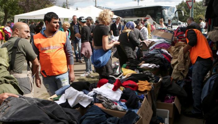 Austrian volunteers distributing aid to asylum seekers in Nickelsdorf  Source: Origo.hu