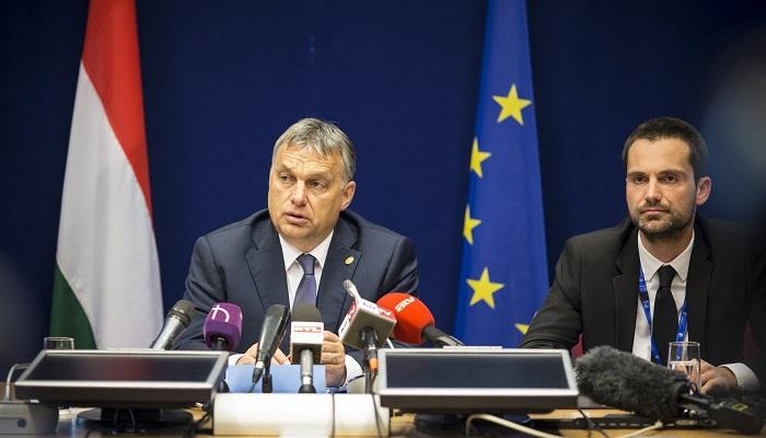 Brüsszel, 2016. június 29. A Miniszterelnöki Sajtóiroda által közreadott képen Orbán Viktor miniszterelnök (b) sajtótájékoztatót tart az Európai Unió brüsszeli csúcstalálkozójának második napján, 2016. június 29-én. Mellette Havasi Bertalan, a Miniszterelnöki Sajtóiroda vezetõje. MTI Fotó: Miniszterelnöki Sajtóiroda/Szecsõdi Balázs