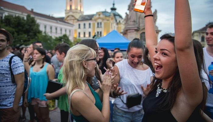 Pécs, 2016. július 26. Érdeklõdõk a Pont Ott Parti hivatalos ponthatárváró rendezvényen a felsõoktatási képzések ponthatárainak kihirdetése után a pécsi Széchenyi téren 2016. július 26-án. A felsõoktatásba jelentkezõ több mint 111 ezer diák mintegy 67 százalékát felvették valamelyik egyetemre, illetve fõiskolára, majdnem 4 százalékkal többet mint tavaly. MTI Fotó: Sóki Tamás
