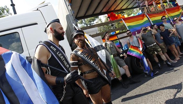 Budapest, 2016. július 2. Résztvevõk a 21. Budapest Pride felvonulás indulása elõtt, az Andrássy úton, a Hõsök terénél 2015. július 2-án. MTI Fotó: Szigetváry Zsolt