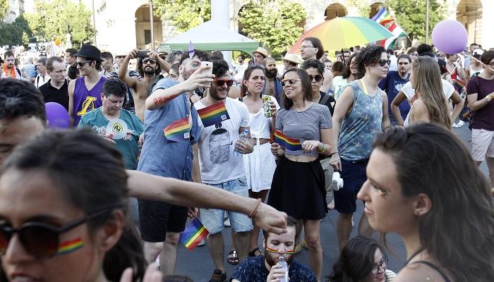 Budapest, 2016. július 2. A 21. Budapest Pride felvonulás résztvevõi a Kossuth téren 2016. július 2-án. MTI Fotó: Szigetváry Zsolt