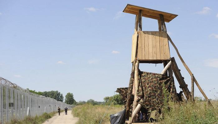 Ásotthalom, 2016. július 5. Rendõr és katona járõrözik a magyar-szerb határon, Ásotthalom térségében 2016. július 5-én. Mélységi határõrizetet vezettek be a magyar hatóságok a szerb és a horvát határ mentén: azokat a migránsokat, akiket a határtól számított nyolc kilométeres távolságon belül elfognak, visszakísérik a kerítésen található kapukig, és útbaigazítják a legközelebbi tranzitzóna felé. MTI Fotó: Kelemen Zoltán Gergely