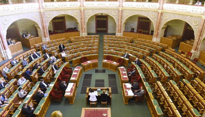 Budapest, 2016. július 20. Az Országgyûlés rendkívüli plenáris ülése 2016. július 20-án. A Liget-projekt kapcsán ellenzéki képviselõk kezdeményezték a rendkívüli vitanapot. MTI Fotó: Kovács Tamás