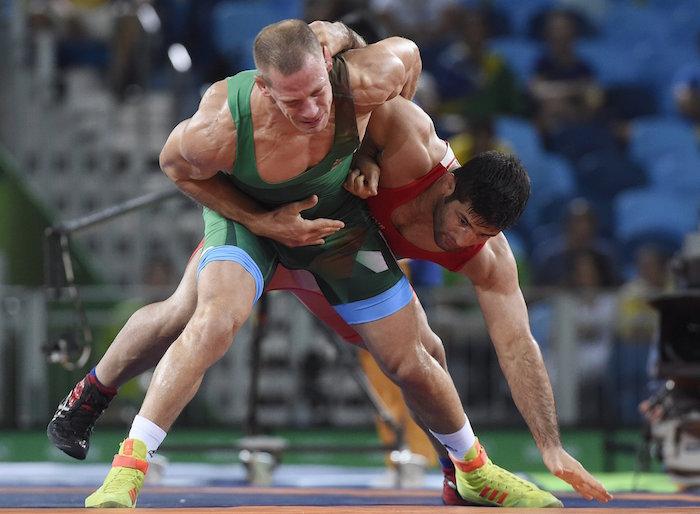 Rio de Janeiro, 2016. augusztus 15. Bácsi Péter (zöldben) és az iráni Szaid Abdevali a férfi kötöttfogású birkozók 75 kilogrammos súlycsoportjának bronzmérkőzésén a riói nyári olimpián a 2-es Karióka Arénában 2016. augusztus 14-én. Bácsi Péter kikapott, így ötödik lett. MTI Fotó: Kovács Tamás