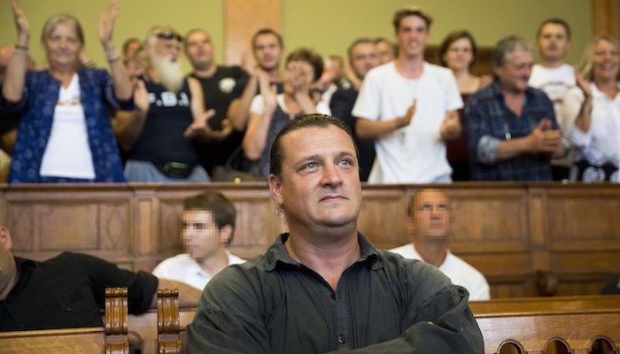 Budapest, 2016. augusztus 30. Budaházy György az ellene és tizenhat társa ellen terrorcselekmény bűntette miatt indult per tárgyalásán a Fővárosi Törvényszék tárgyalótermében 2016. augusztus 30-án. A bíróság elsőfokú ítéletében tizenhárom év fegyházbüntetésre ítélte a terrorcselekménnyel, testi sértéssel, kényszerítéssel vádolt Budaházy Györgyöt. MTI Fotó: Mohai Balázs