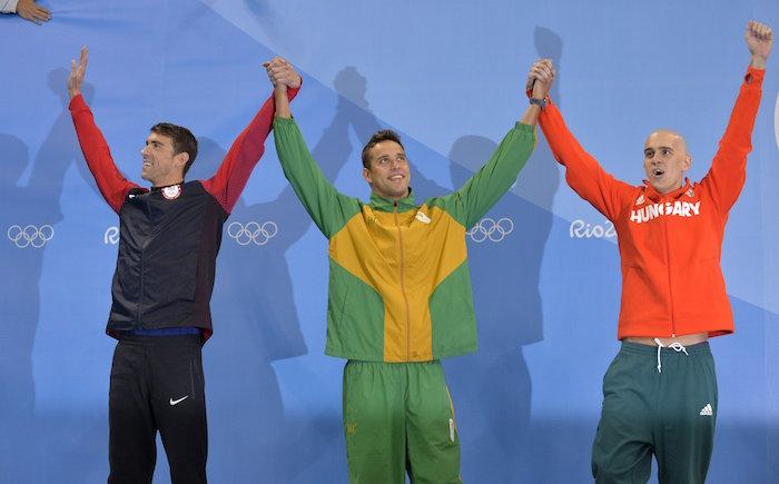 Rio de Janeiro, 2016. augusztus 13. A Magyar Olimpiai Bizottság által közzétett képen a három második helyezett, az amerikai Michael Phelps, a dél-afrikai Chad Le Clos és Cseh László (j-b) a férfi 100 méteres pillangóúszás eredményhirdetése után a riói nyári olimpián az Olimpiai Uszodában 2016. augusztus 12-én. MTI Fotó: MOB/Szalmás Péter