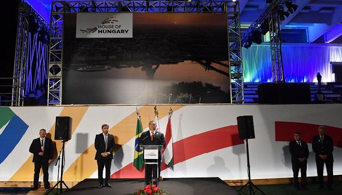 Rio de Janeiro, 2016. augusztus 20. Orbán Viktor miniszterelnök (k) beszédet mond az államalapítás ünnepe alkalmából rendezett ünnepségen a riói Magyar Házban 2016. augusztus 19-én. Jobbról Schmitt Pál volt köztársasági elnök, a Nemzetközi Olimpiai Bizottság (NOB) tagja (j) és Thomas Bach, a NOB elnöke. MTI Fotó: Illyés Tibor