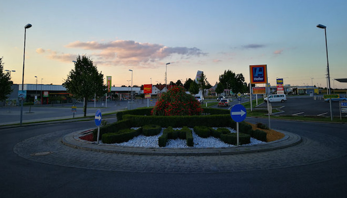 Public areas are organized and tidy, not just working conditions. In front of each house one finds a well-maintained garden and a swept sidewalk. Litter is rare. Photo: Ádám Lestyánszky