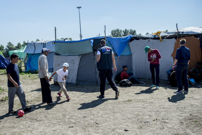 In the camp Serbian charities distribute food and water. Doctors Without Frontiers is also present with a medical team. They say there are many refugees sick with viruses and that depression and panic attacks are widespread. Photo: D. András Hajdu