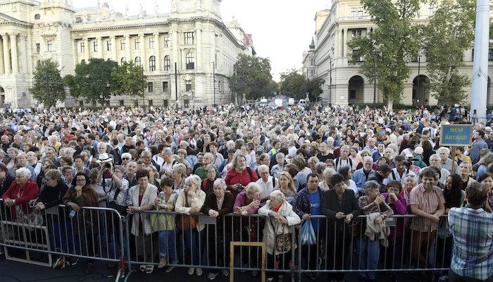 Budapest, 2016. szeptember 30. A Lásd meg az embert! címmel meghirdetett demonstráció a Kossuth téren 2016. szeptember 30-án. MTI Fotó: Koszticsák Szilárd