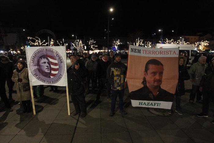 Budapest, 2016. december 3. A terrorcselekmény miatt elítélt szír férfi, Ahmed H. melletti szimpátiatüntetéssel egy időben, Budaházy György mellett demonstráló ellentüntetők a Madách téren 2016. december 3-án. Tizenhárom év fegyházbüntetésre ítélte a terrorcselekménnyel, testi sértéssel, kényszerítéssel vádolt Budaházy Györgyöt elsőfokú, nem jogerős ítéletében a Fővárosi Törvényszék 2016. augusztus 30-án. MTI Fotó: Szigetváry Zsolt