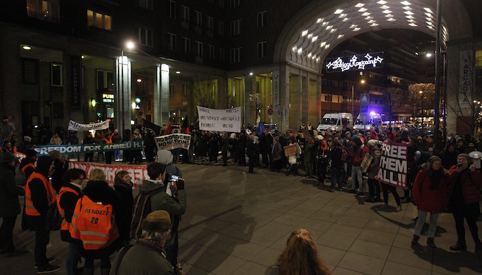 Budapest, 2016. december 3. A terrorcselekmény miatt elítélt szír férfi, Ahmed H. melletti szimpátiatüntetés a Madách téren 2016. december 3-án. A röszkei közúti átkelőnél 2015. szeptember 16-án történt tömegzavargásban résztvevő férfit a bíróság tiltott határátlépés és erőszakos bűncselekmény elkövetésével megvalósított terrorcselekmény bűntettében mondta ki bűnösnek első fokon. MTI Fotó: Szigetváry Zsolt