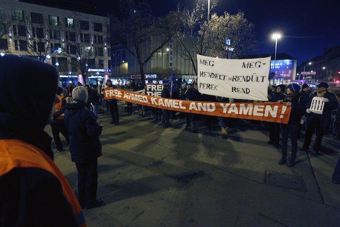 Budapest, 2016. december 3. A terrorcselekmény miatt elítélt szír férfi, Ahmed H. melletti szimpátiatüntetés a Blaha Lujza téren 2016. december 3-án. A röszkei közúti átkelőnél 2015. szeptember 16-án történt tömegzavargásban résztvevő férfit a bíróság tiltott határátlépés és erőszakos bűncselekmény elkövetésével megvalósított terrorcselekmény bűntettében mondta ki bűnösnek első fokon. MTI Fotó: Szigetváry Zsolt