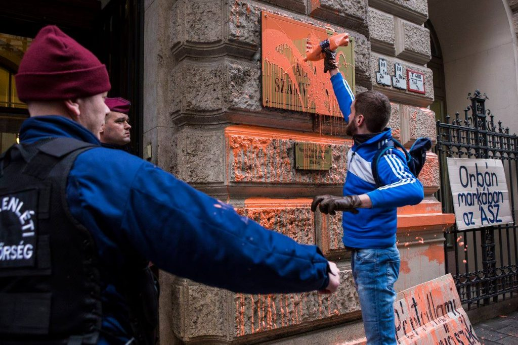 Common Country Movement activists douse ÁSZ HQ in orange paint